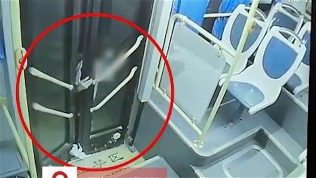 女學生手腳被車門夾住拖行24秒。(圖/翻攝自N視頻)
