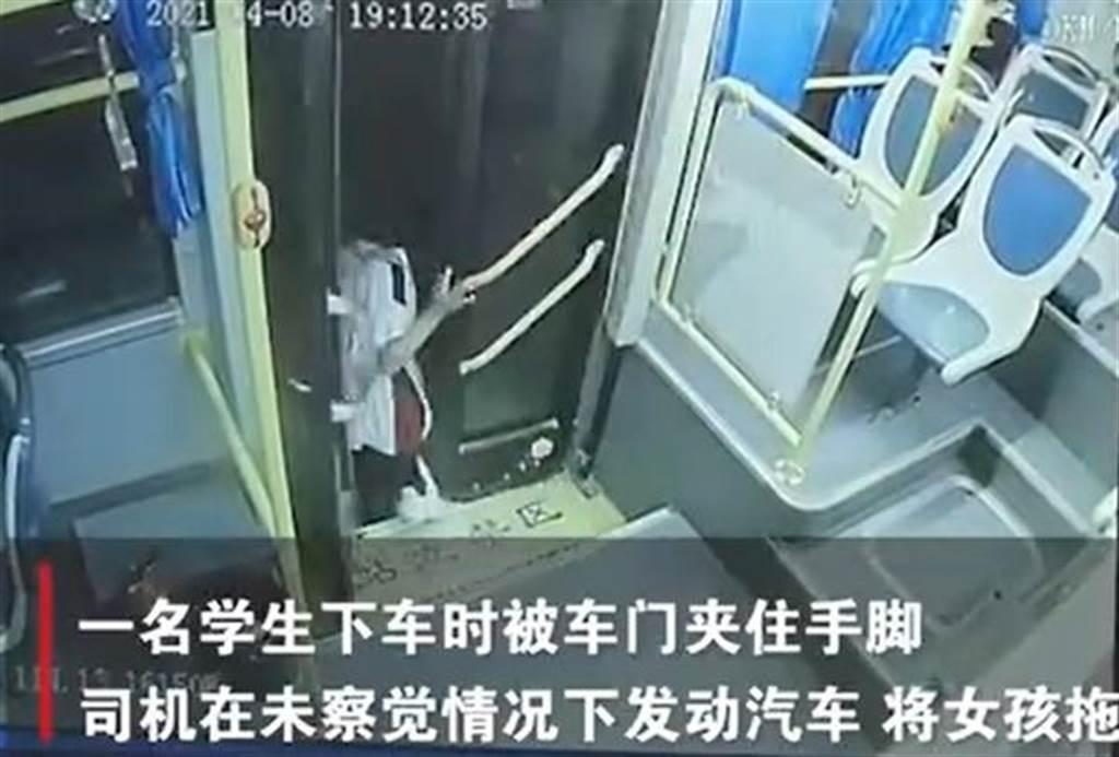 女學生遭公車夾住拖行24秒。(圖/翻攝自N視頻)