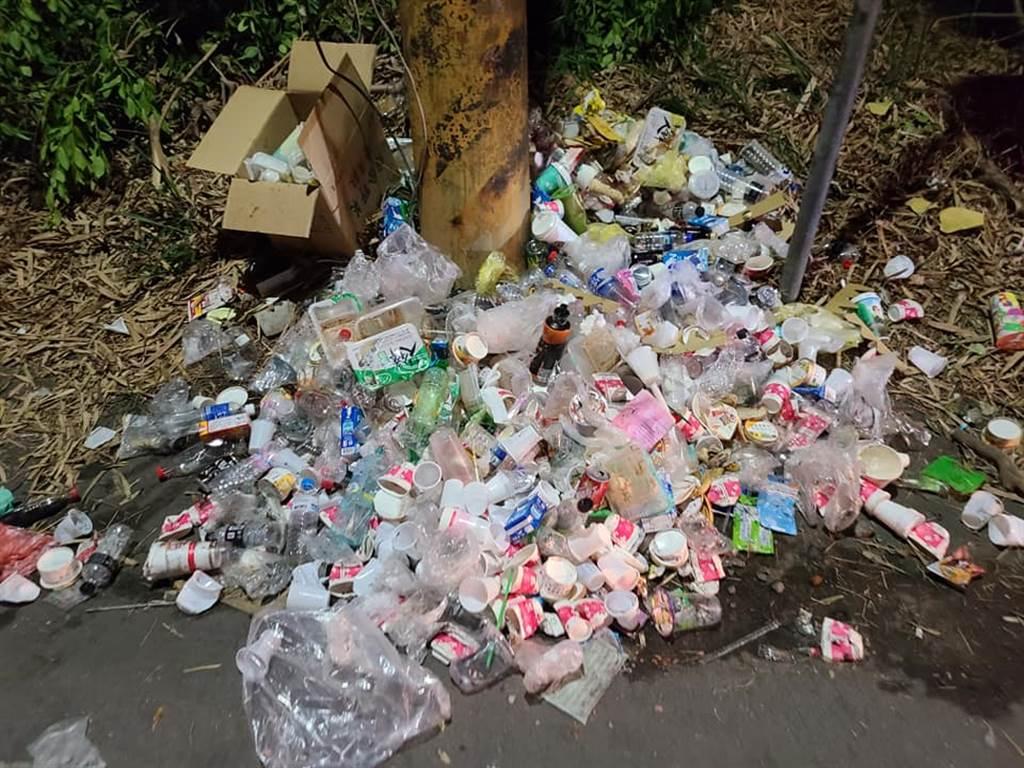 大家媽祖展開9天8夜的遶境活動,昨晚行經雲林縣西螺鎮時,造成交通打結,更留下大量垃圾,引發在地居民不滿。(圖/翻攝自爆料公社)