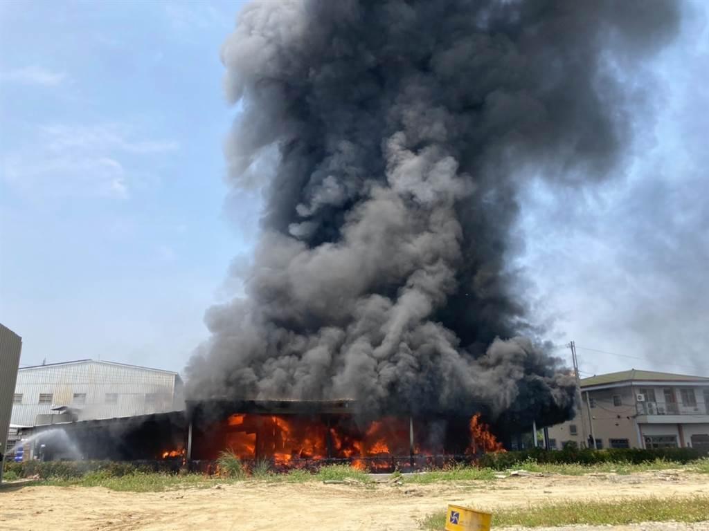 台中市豐原大道一家老字號油漆工廠今日(12日)上午11時許發生大火,現場竄出黑煙。(圖/翻攝自臉書台灣新聞記者聯盟資訊平台)