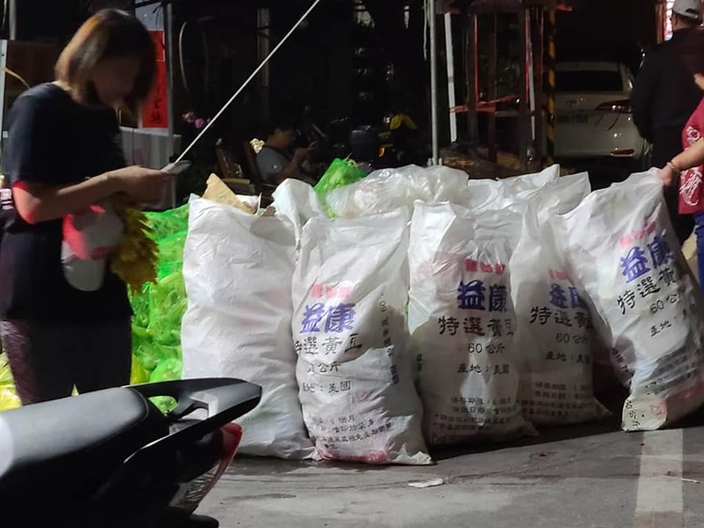 清潔人員清出好幾袋的垃圾。(圖/翻攝自爆料公社)