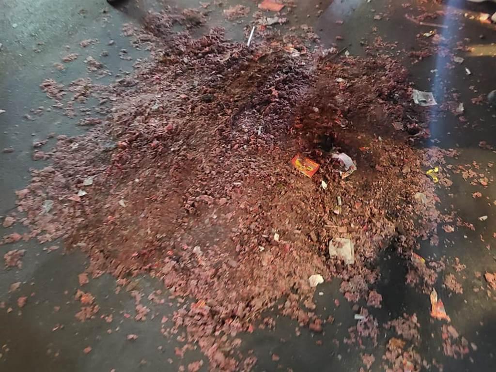 遶境過後現場還殘留大量碎屑。(圖/翻攝自爆料公社)