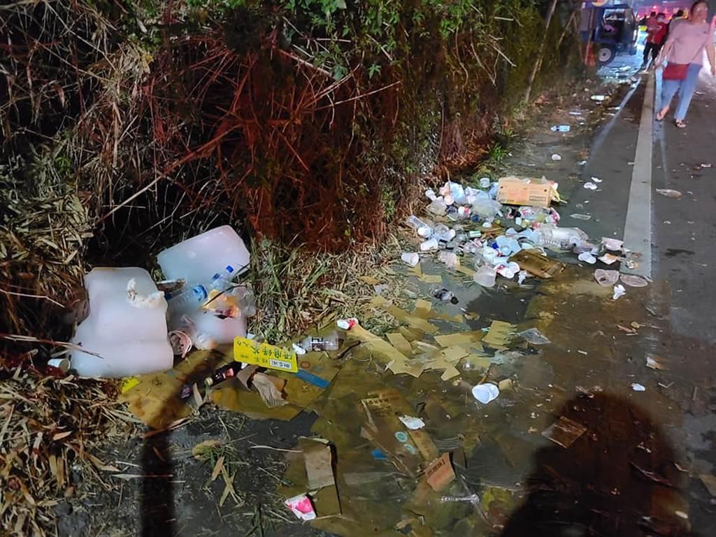 信眾沿途丟棄垃圾,令在地居民十分憤怒。(圖/翻攝自爆料公社)