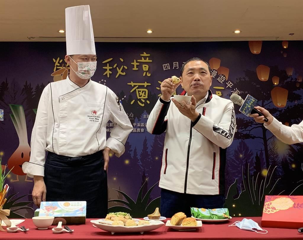 台北凱撒大飯店王朝餐廳主廚王裕賢掌廚,介紹珠蔥烘蛋、珠蔥蘿蔔絲酥餅等無菜單料理。(許哲瑗攝)
