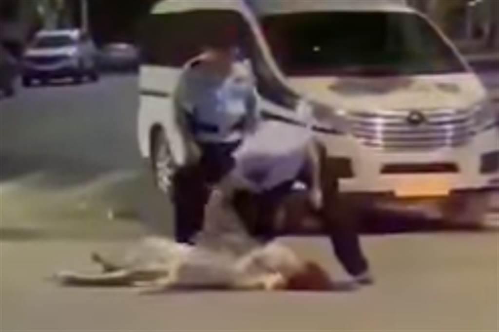 醉女遭警員壓制後躺在地上大哭。(圖/翻攝微博)