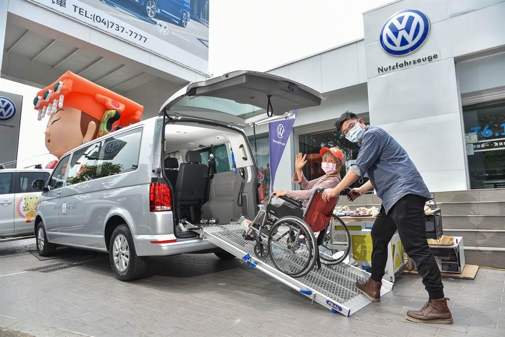 「青銀共享車」是一台以IPC福祉車為主體,而衍生出許多不同用車機能:既可滿足年長或行動不便者的無障礙移動需求,也能迎合青年露營休閒活動的機能。