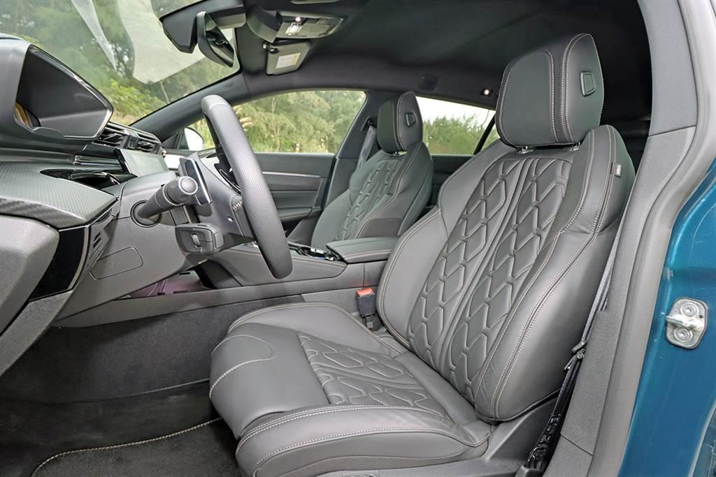 試駕車型選了 NAPPA 真皮設定。