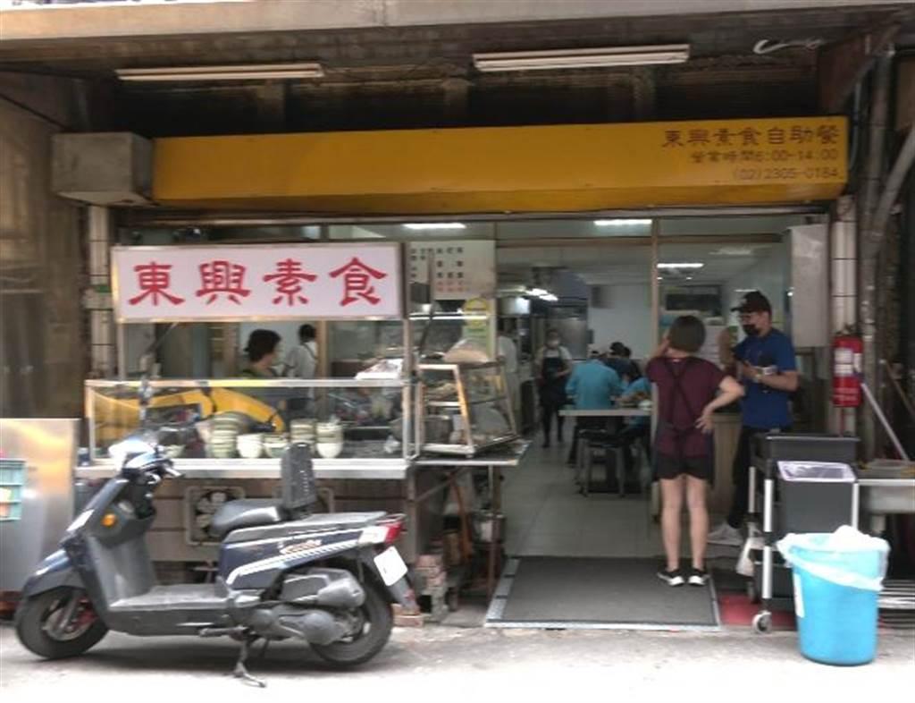 萬華30年佛心素食店,用餐人潮絡繹不絕。(照片/范佐意 拍攝)