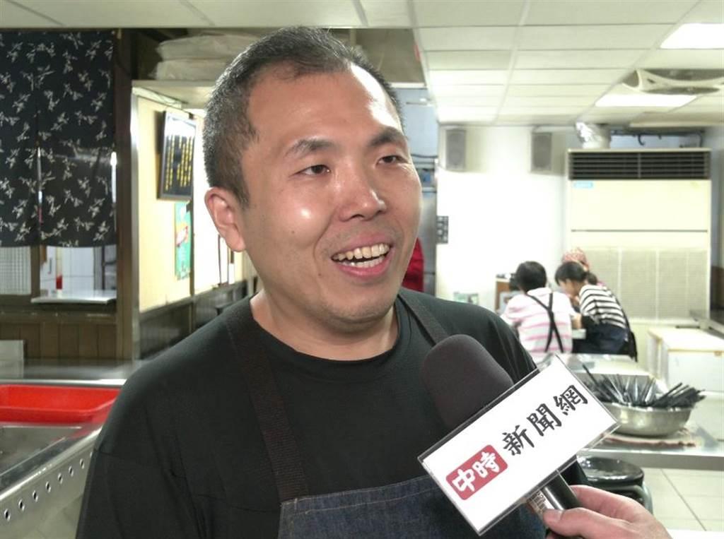 鄭老闆接受《中時新聞網》訪問,親曝年捐2萬個便當主因。(照片/邱子軒 拍攝)