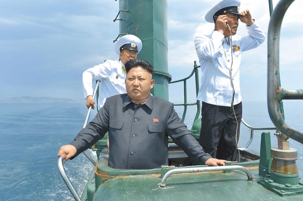 美、韓情報單位研判,北韓已建造完成一艘3000噸級、可搭載3枚潛射彈道飛彈的新型潛艦。圖為2014年北韓領導人金正恩視察一艘潛艦時,站在指揮塔的鏡頭。(朝中社)
