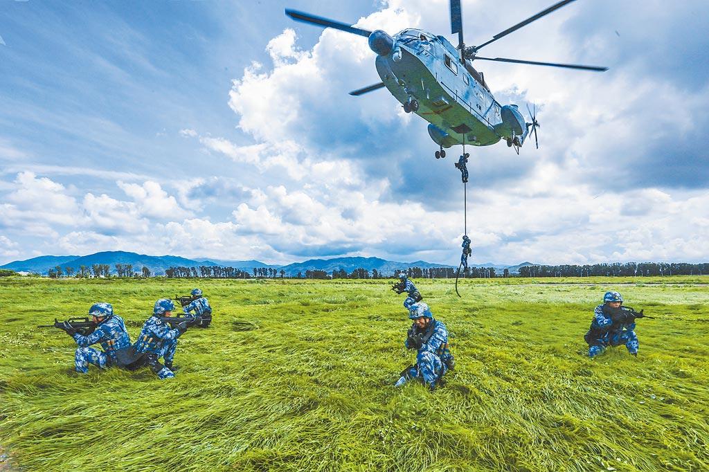 針對美國有不少大陸5、6年內武力犯台論,軍事專家認為可能性低,比較可能是更精進對台軍事演訓。圖為中共海軍陸戰隊蛟龍突擊隊隊員進行直升機滑降訓練。(中新社)