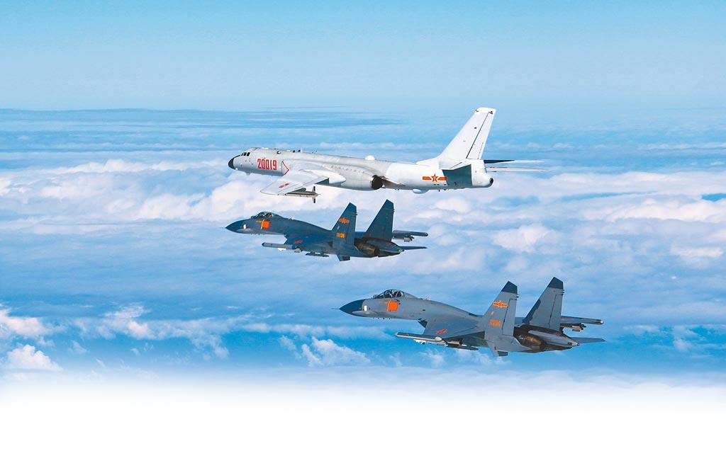 中共軍事專家認為,大陸多架次在台灣西南角周邊活動,主要是針對域外國家。圖為中共空軍多型戰機遠海訓練。(新華社)