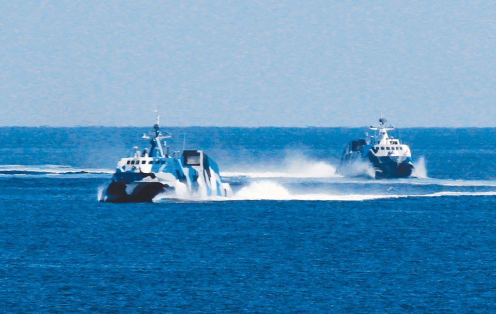 大陸兩艘新型導彈快艇演練進入發射陣位。(新華社)