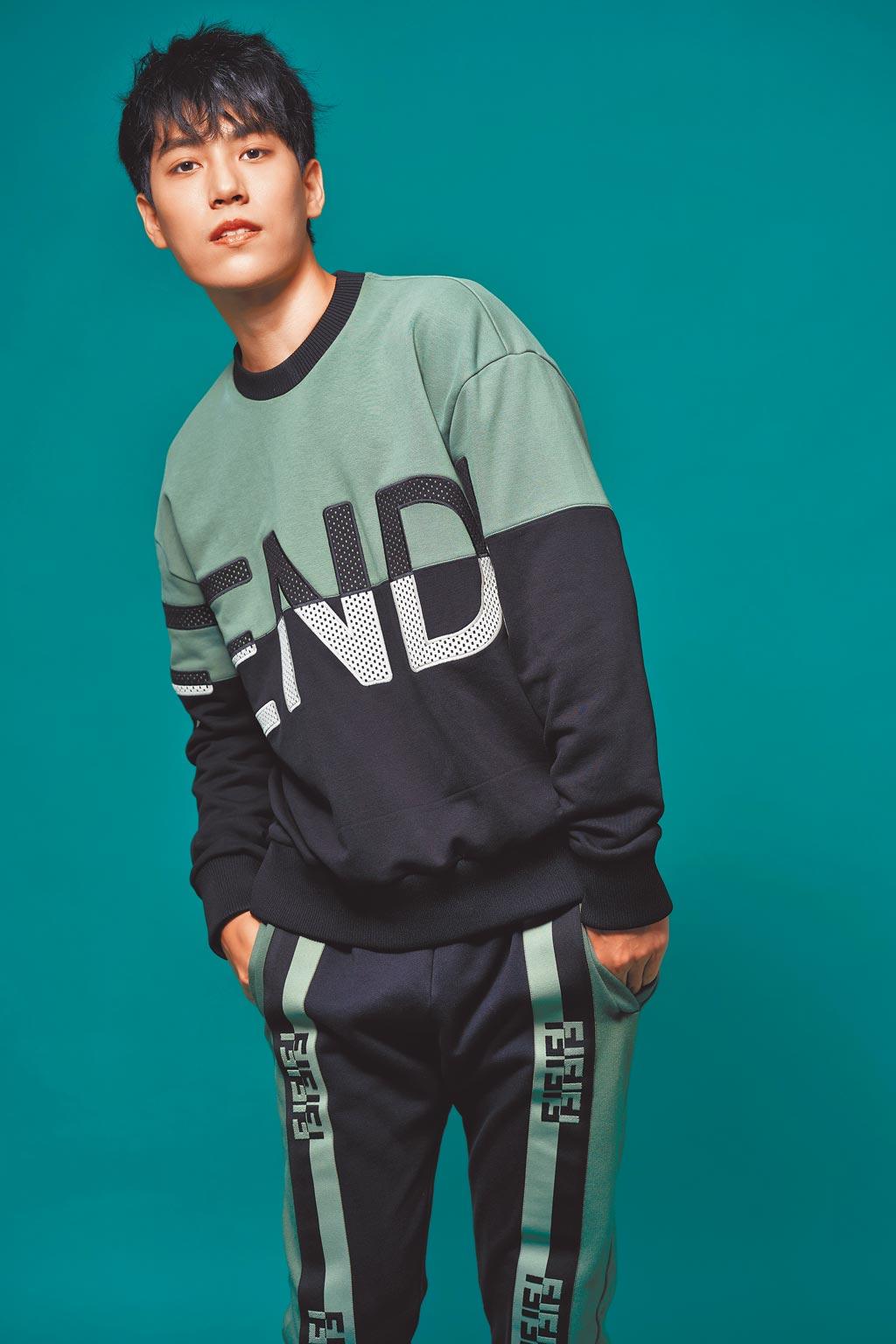 林子閎著Fendi服裝展現街頭帥氣風,Fendi拼色造型衛衣4萬3500元、拚色造型運動褲3萬4900元。(JOJ PHOTO攝)