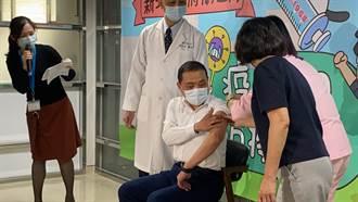 侯友宜接種AZ疫苗 醫院休息半小時繼續跑行程