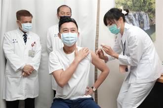 新竹市長林智堅接種AZ疫苗 呼籲民眾施打構築防護網