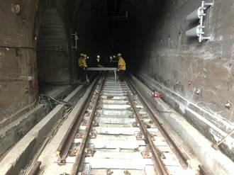台鐵持續檢修鐵道 斜坡設鋼軌樁做安全圍籬防護