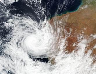 熱帶氣旋襲澳洲西部 民宅屋頂遭掀掉數萬人斷電