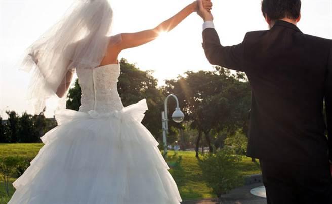 一名29歲的女網友表示,交往7年的男友突然收回求婚,抱怨像被退貨,不料背後原因曝光反被網友罵爆。(示意圖/達志影像)
