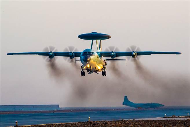 共機以「這裡都是中國空域」的用語應答已非首次,上次在6日晚間共機回應我空軍喊話時就曾以此反嗆,這次又增加了一句「你們很快就能適應了」,聽起來不像規範的無線電用語,倒像是飛行員心血來潮臨時添加。圖為擾台的空警-500預警機的同型機。(圖/國防部)