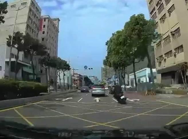 (图/翻摄「八卦村 - 行车纪录器影片上传中心」)