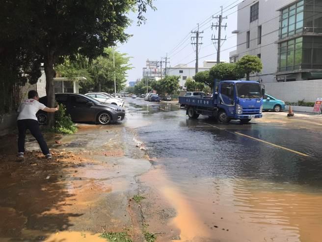 台中工業區水管疑爆裂,水流了好久,民眾批太浪費了,酸諷是否要約團來洗澡。(民眾提供/盧金足台中傳真)