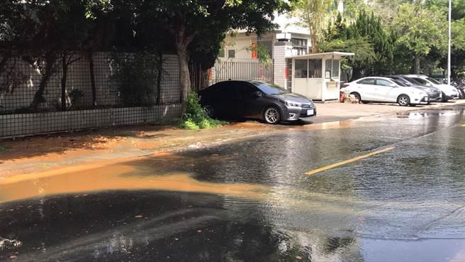 台中市開始限水,但台中工業區35路12日上午卻發生疑似水管爆管,流了1個多小時,造成水源大量流失。(民眾提供/盧金足台中傳真)