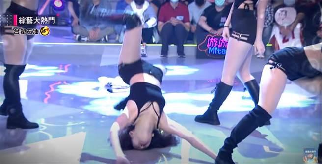 李恩菲在節目中慘摔。(圖/YT@綜藝大熱門)