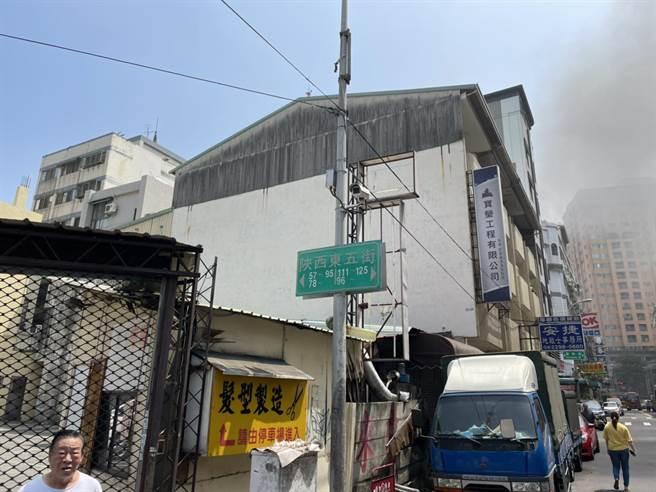 台中市北區陝西東五街一集合住宅,12日上午發生火警。(民眾提供/馮惠宜台中傳真)