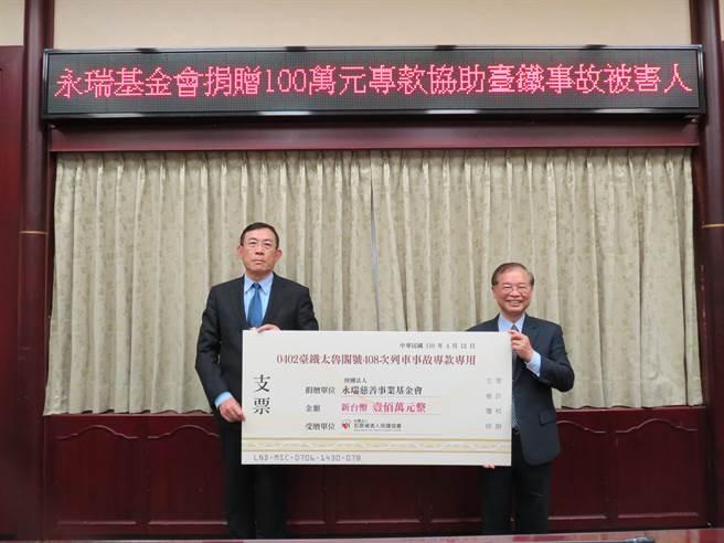 永瑞慈善事業基金會董事陳銀欉(右)捐贈100萬元給犯保協會,作為專款照顧太魯閣號事故被害人及家屬之用。(高檢署提供)