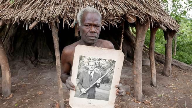 英國菲立普親王(Prince Philip)9日與世長辭,將親王奉為「山神之子」的大洋洲島國萬那杜(Vanuatu)原住民10日下午終於得知親王死訊,許多女性族人聞訊後開始痛哭。圖為尤納南原住民2017年捧著菲立普親王照片的畫面。(資料照/美聯社)