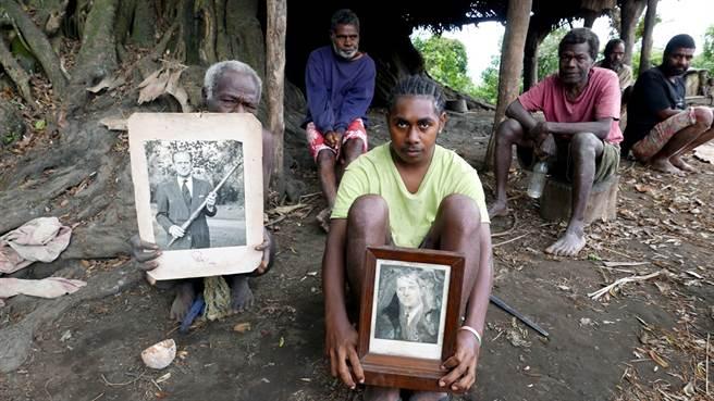 英國菲立普親王(Prince Philip)9日與世長辭,將親王奉為「山神之子」的大洋洲島國萬那杜(Vanuatu)原住民10日下午終於得知親王死訊,許多族人聞訊後痛哭。圖為2017年當地原住民捧著親王照片的畫面。(資料照/路透社)