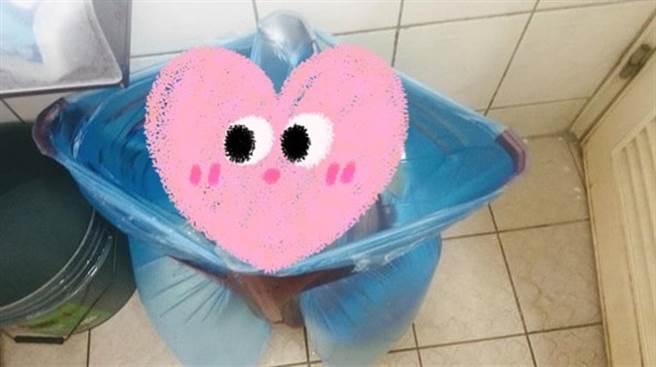 「供5停2」限水引起民眾瘋搶水桶儲水,一名女網友用一張塑膠椅搞定,照片曝光被眾人讚爆。(圖/截自臉書大里人聊天室)