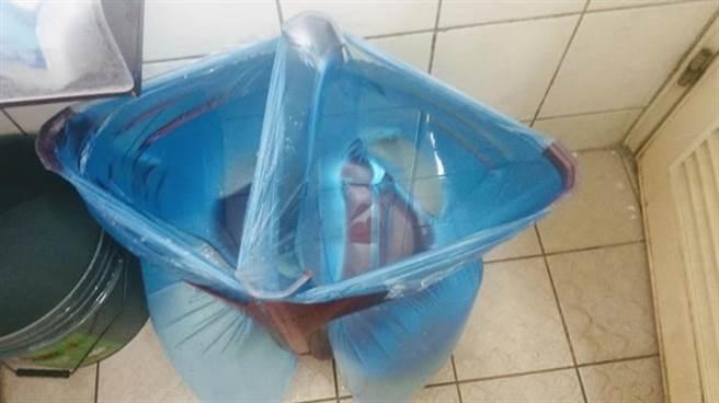 網友把塑膠椅翻過來,套上塑膠袋變成水桶。(圖/截自臉書大里人聊天室)