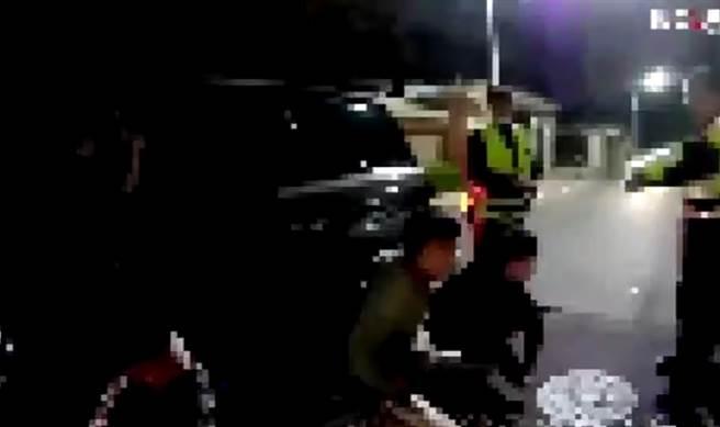 車上聽聞三字經下車狂毆路人,X林口分局泰山所長霸氣鳴槍逮四嫌。(戴志揚翻攝)