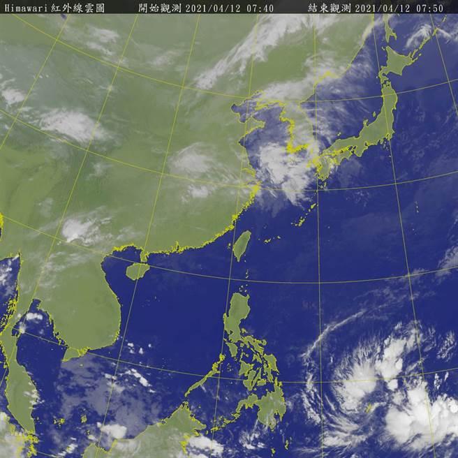 關島南方海面、菲律賓東方外海的熱帶雲簇緩慢發展中,最快周三成颱。(氣象局)