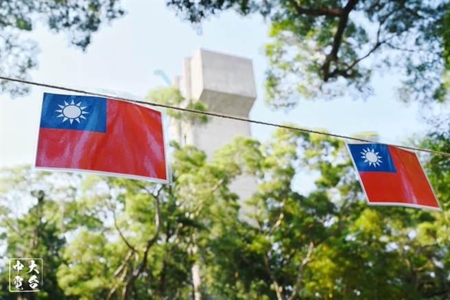 創立於1949年10月10日的新亞書院,是香港中文大學成員書院中歷史最悠久的書院。2020年10月10日校慶時,校內到處都掛滿青天白日滿地紅中華民國國旗。(圖/推@1001twelve)