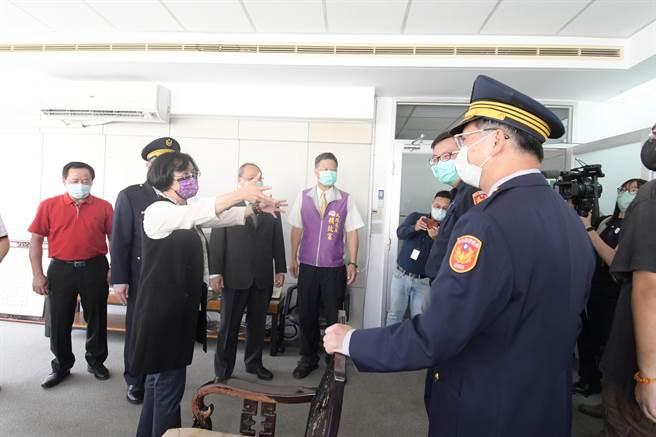 彰化縣長王惠美(左)關心警所同仁進駐臨時辦公廳舍辦公情況。(謝瓊雲攝)