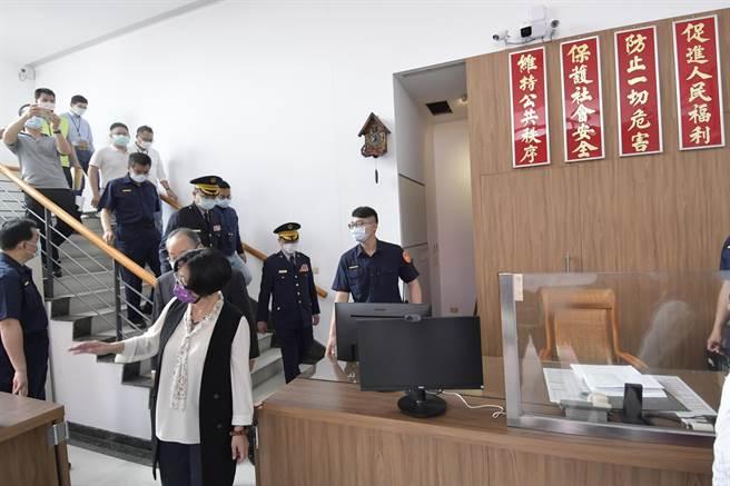 彰化縣長王惠美(中)關心警所同仁進駐臨時辦公廳舍辦公情況。(謝瓊雲攝)
