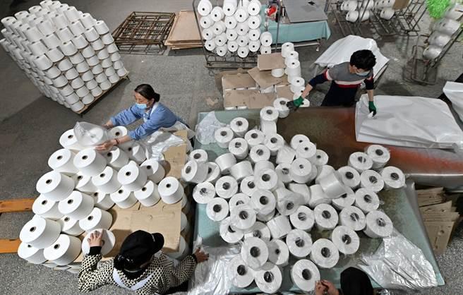 包括美國在內的國家指控中國在新疆進行種族滅絕與強迫勞動。中國否認了相關指控,聲稱所謂集中營是職業再培訓機構。圖為新疆的棉紡工廠。(圖/路透)