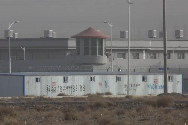 中國官方示,西方國家所稱新疆的集中營實際上是職業再培訓機構,目的是要讓維吾爾人遠離進行恐怖活動的伊斯蘭激進宗教和分裂主義。(圖/路透)