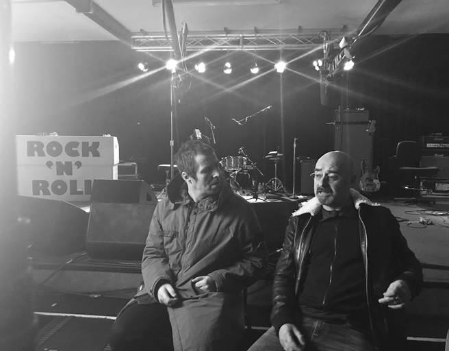 英國搖滾天團綠洲合唱團的成員連恩(左),在紀錄片《搖滾農莊錄音趣》回顧當年樂團解散的過程。(造次映畫提供)