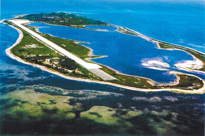 國防部強化東沙島防衛,除了人員與武器裝備增援外,目前正進行機場跑道擴建工程,預定明年2月底完工。(海巡署提供)