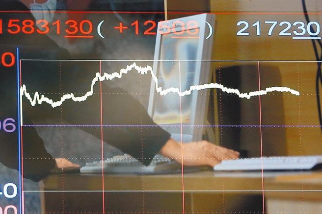 台股上周五盤中指數破「萬七」,眾多散戶、小資族透過盤中零股交易,是台股再創新高主因。(本報資料照片)