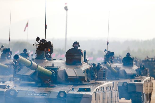 上個月(3月)27日,緬甸紀念建軍76周年,首都內比都舉行建軍節閱兵式。俄羅斯國防部副部長福明獲邀出席,凸顯俄羅斯在緬甸的重要性,也展現莫斯科支持緬甸軍政府。(新華社)