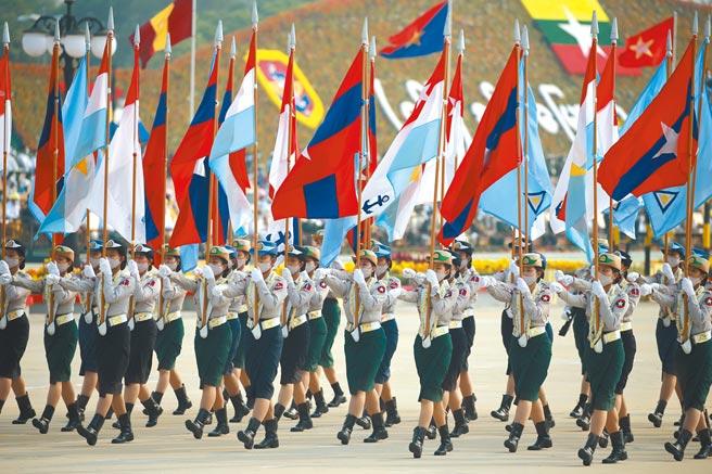 緬甸軍方發動政變至今已2個多月,北京在緬奉行的廣結善緣、多方討好策略正讓它陷入裡外不是人的窘境。圖為上個月(3月)27日,緬甸紀念建軍76周年,首都內比都舉行建軍節閱兵式。(新華社)