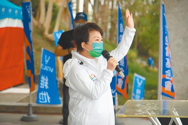 台中市長盧秀燕穿著回收寶特瓶再生布料製成的防護風衣,鼓勵在地紡織產業升級創新。(台中市府提供/盧金足台中傳真)