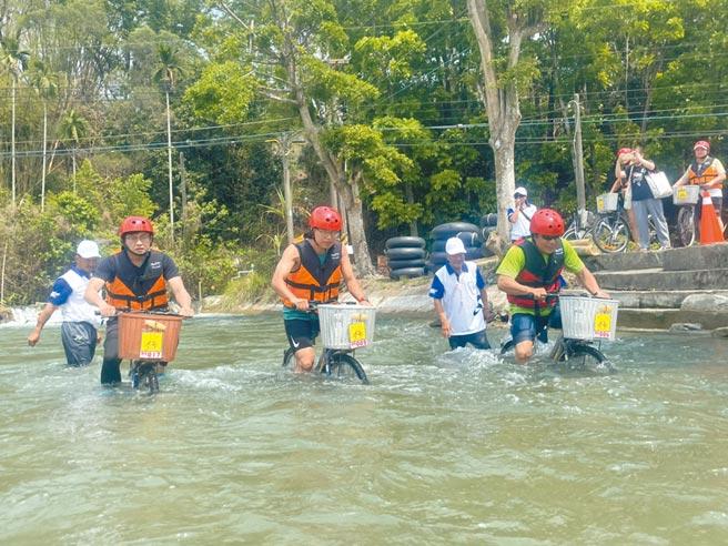 六堆運動會首度舉辦「漂漂河」比賽,真功夫水上漂活動,吸引民眾參加水中騎乘腳踏車競賽。(林雅惠攝)
