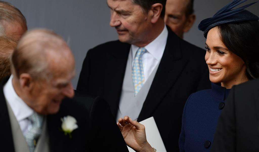 梅根(右)與菲立普親王(左)2018年10月12日出席尤吉妮公主(Princess Eugenie)婚禮的資料照。(達志圖庫/TGP)