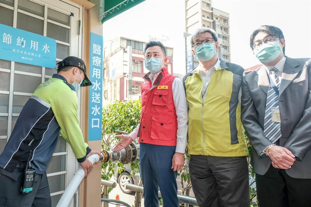 市長林智堅(右三)視察消防局在國泰醫院演練緊急供水。(羅浚濱攝)